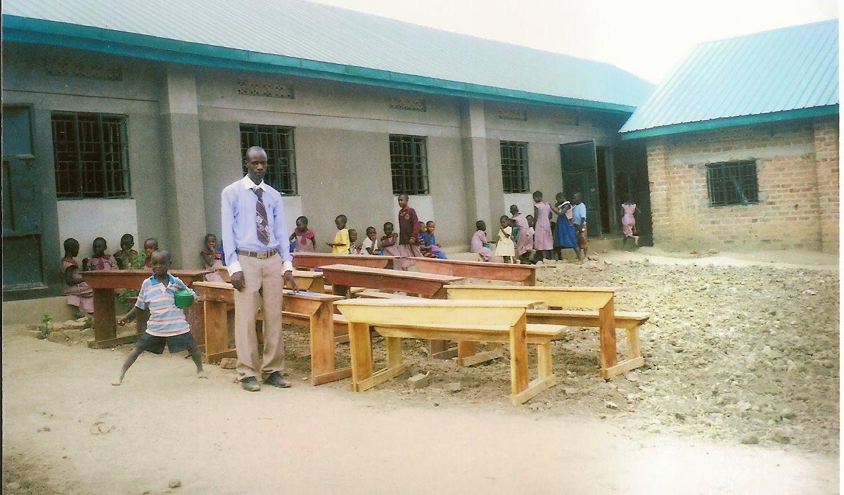 Acquisto di banchi per la scuola e costruzione servizi sanitari